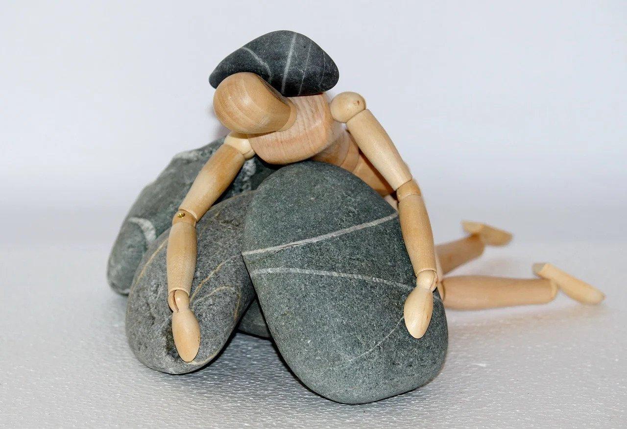 poppetje op steen
